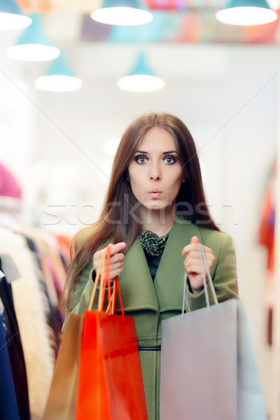 Sorprendido compras mujer verde abrigo Foto stock © NicoletaIonescu