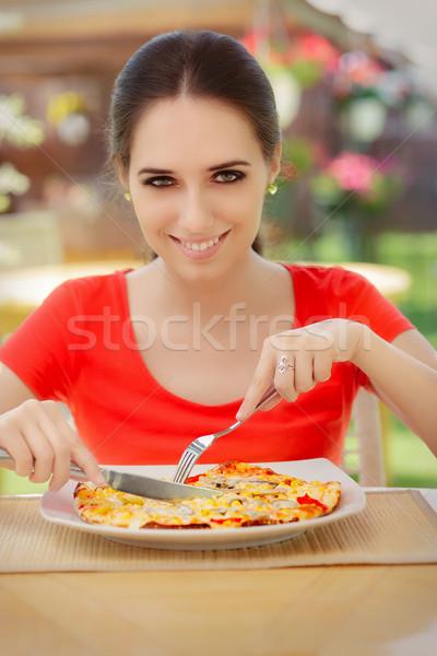 Zdjęcia stock: Szczęśliwy · młoda · kobieta · jedzenie · pizza · piękna · dziewczyna · restauracji
