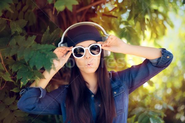 удивленный джинсовой моде девушки Солнцезащитные очки Сток-фото © NicoletaIonescu