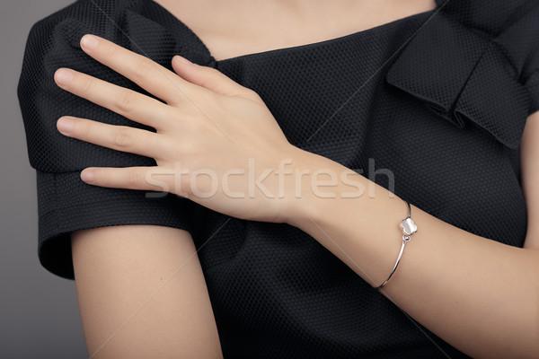 Közelkép részlet karkötő női kéz modell Stock fotó © NicoletaIonescu