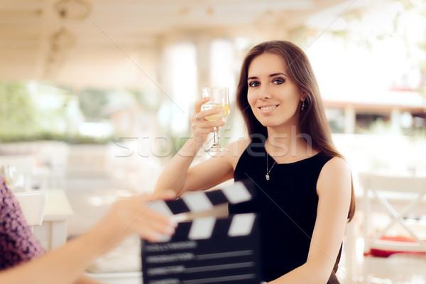 Boldog színésznő tart üveg film jelenet Stock fotó © NicoletaIonescu