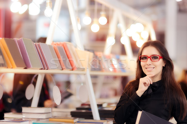 Mosolyog lány tart könyv könyvespolc aranyos Stock fotó © NicoletaIonescu