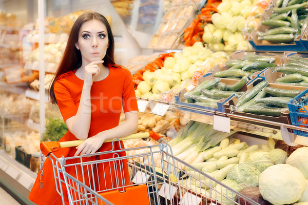 Kíváncsi nő vásárlás élelmiszerbolt portré vásárló Stock fotó © NicoletaIonescu