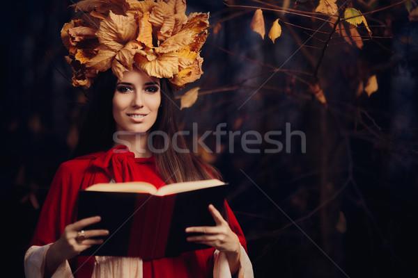 Donna corona lettura libro ritratto Foto d'archivio © NicoletaIonescu