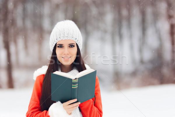 Inverno donna lettura libro fuori neve Foto d'archivio © NicoletaIonescu