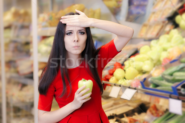 Megrémült nő zöld bors vásárlás áruház Stock fotó © NicoletaIonescu