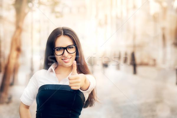 Jonge vrouw bril duim omhoog gebaar Stockfoto © NicoletaIonescu