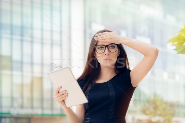 таблетка Идея женщину очки Сток-фото © NicoletaIonescu
