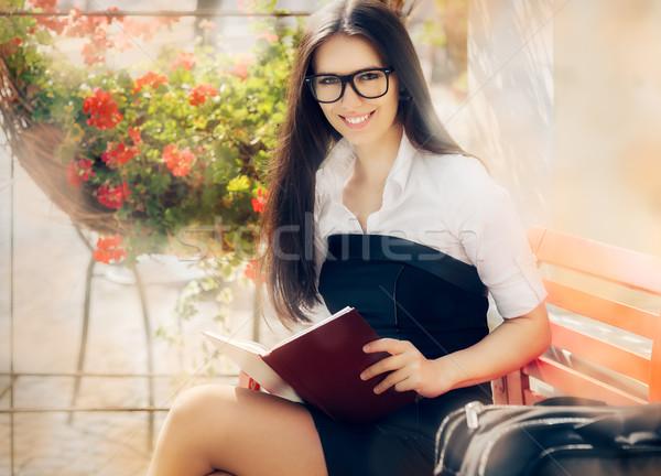 Stock fotó: Fiatal · nő · könyv · ül · pad · néz · kamera