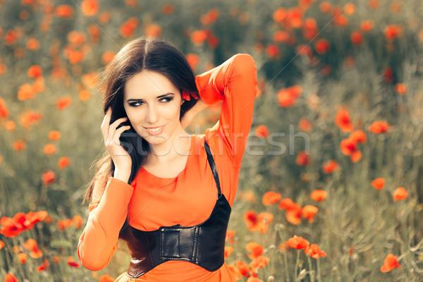 Mooie vrouw veld klaprozen portret gelukkig meisje Rood Stockfoto © NicoletaIonescu
