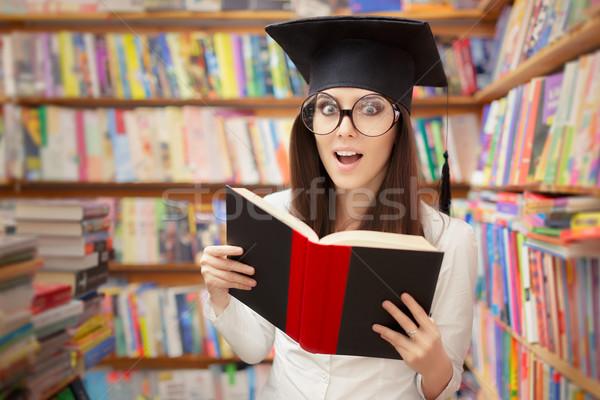 Meglepődött iskola diák olvas könyv könyvtár Stock fotó © NicoletaIonescu