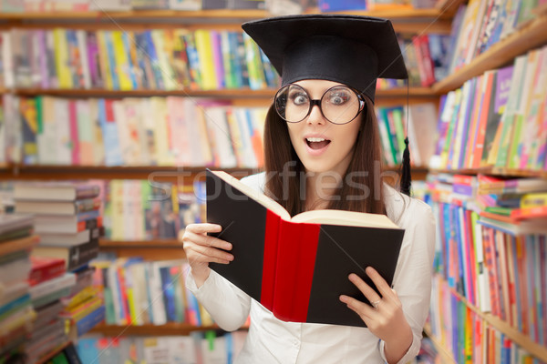 Surpreendido escolas estudante leitura livro biblioteca Foto stock © NicoletaIonescu