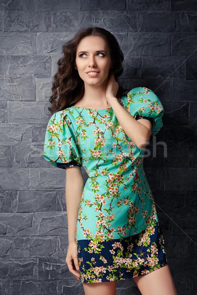 Gyönyörű lány nyár virágmintás nyomtatott mini ruha Stock fotó © NicoletaIonescu