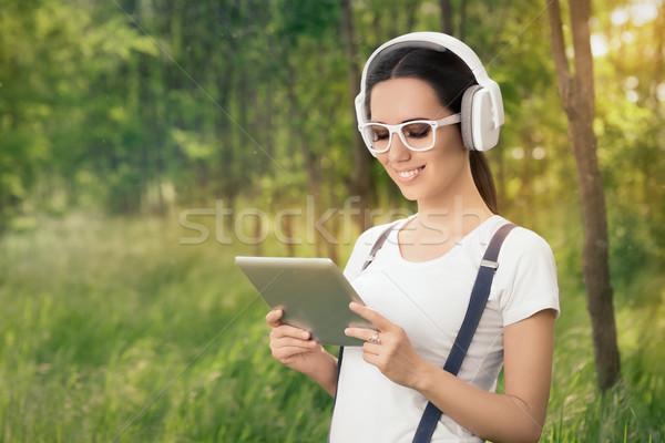 Nina auriculares escuchar música Foto stock © NicoletaIonescu