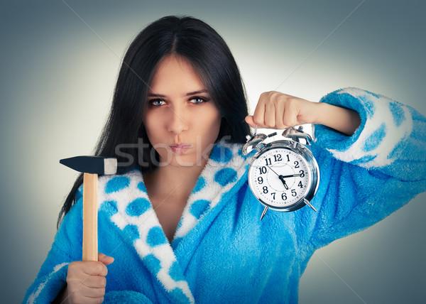Mulher jovem martelo despertador chateado mulher Foto stock © NicoletaIonescu