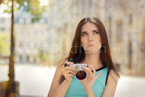 Határozatlan lány kompakt digitális fényképezőgép vicces városi Stock fotó © NicoletaIonescu