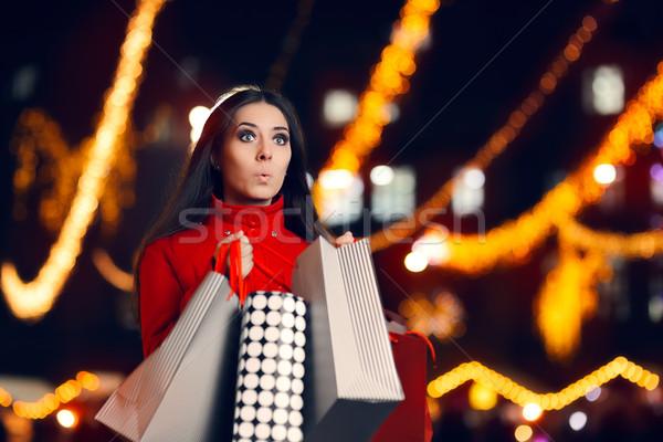 Kíváncsi nő bevásárlótáskák karácsony piac meglepődött Stock fotó © NicoletaIonescu