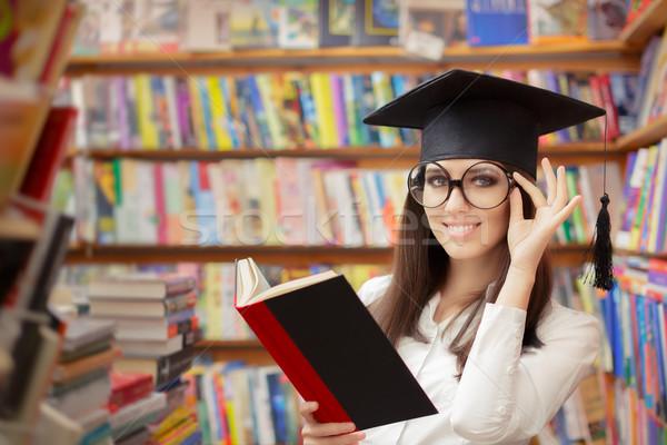Feminino escolas estudante leitura livro biblioteca Foto stock © NicoletaIonescu