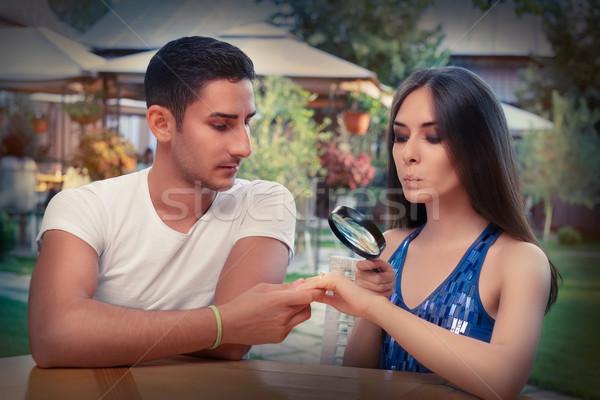 Singolare ragazza test anello di fidanzamento fidanzato lente di ingrandimento Foto d'archivio © NicoletaIonescu