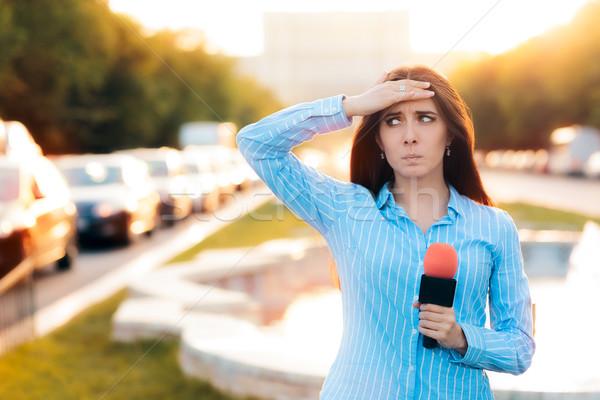 Verwonderd vrouwelijke verslaggever veld verkeer vrouw Stockfoto © NicoletaIonescu