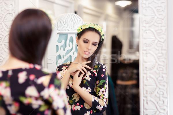 Hermosa niña mirando espejo floral vestido retrato Foto stock © NicoletaIonescu