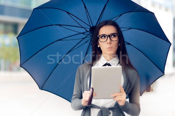 好奇心の強い 女性 眼鏡 タブレット 傘 外に ストックフォト © NicoletaIonescu