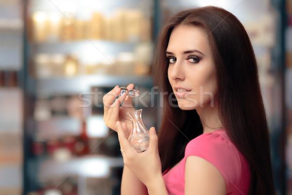 Femme ouverture parfum bouteille cosmétiques magasin Photo stock © NicoletaIonescu