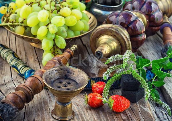 Narghilè tavolo in legno vecchio fumare uve Foto d'archivio © nikolaydonetsk