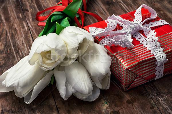 Hediyeler tatil hediye kutusu buket beyaz lale Stok fotoğraf © nikolaydonetsk