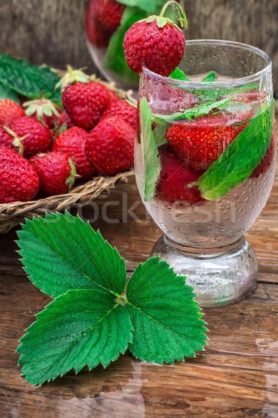 Glas aardbei cocktail drinken aardbeien Stockfoto © nikolaydonetsk