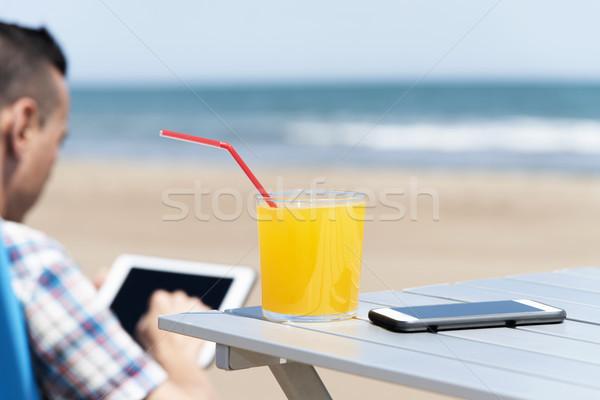 Férfi tabletta tengerpart közelkép fiatal kaukázusi Stock fotó © nito