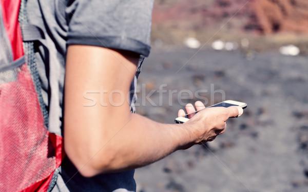 Fiatalember okostelefon kint közelkép fiatal kaukázusi Stock fotó © nito