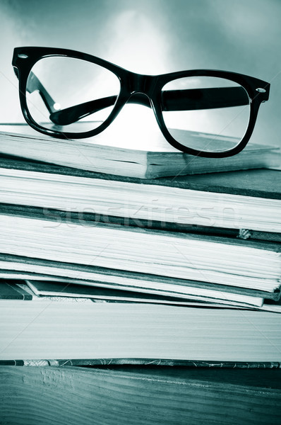 Olvas szokás tanul köteg könyvek szemüveg Stock fotó © nito