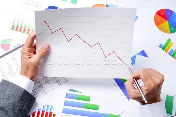 Zakenman grafiek trend jonge kaukasisch Stockfoto © nito