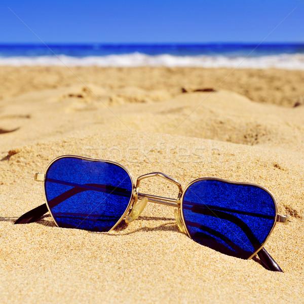 Солнцезащитные очки песок пляж пару любви Сток-фото © nito