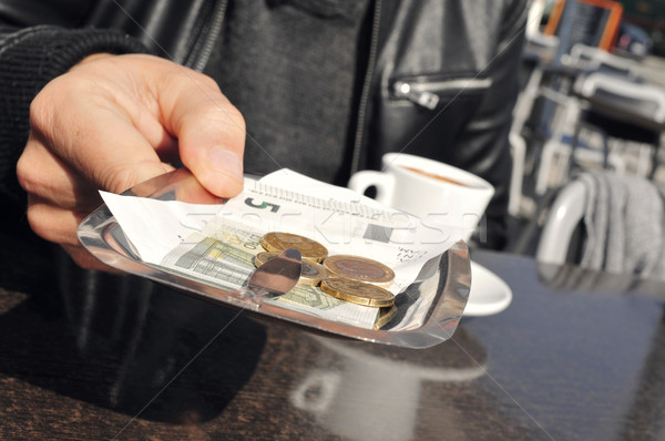 Jonge man betalen Bill terras cafe Stockfoto © nito