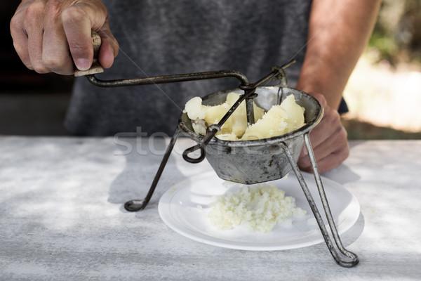 Jeune homme bouilli pommes de terre jeunes Photo stock © nito