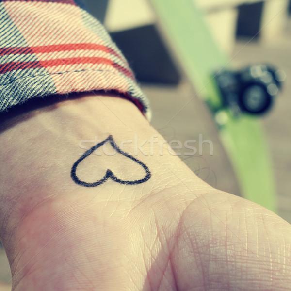 Młody człowiek serca wytatuowany nadgarstek człowiek Zdjęcia stock © nito