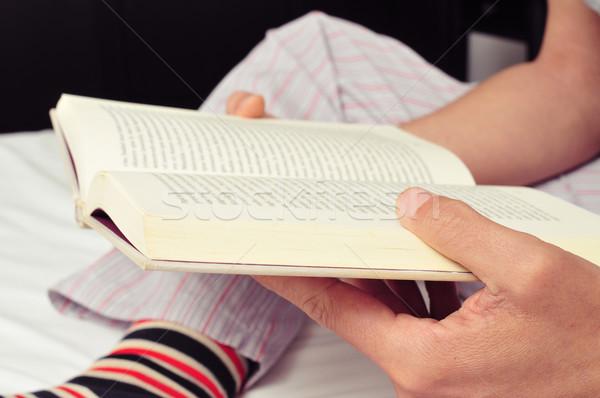 Junger Mann Lesung Buch Bett jungen Stock foto © nito