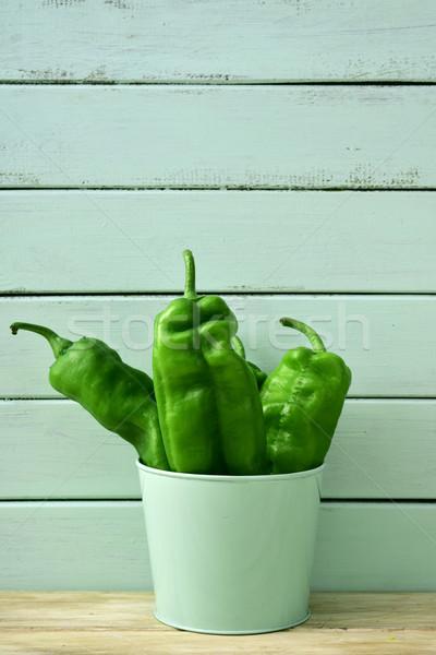 Surowy zielone papryka blady wiadro rustykalny Zdjęcia stock © nito