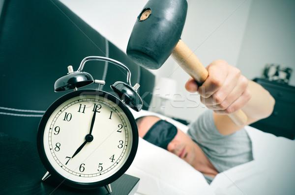 Fiatalember ágy kalapács ébresztőóra fiatal kaukázusi Stock fotó © nito