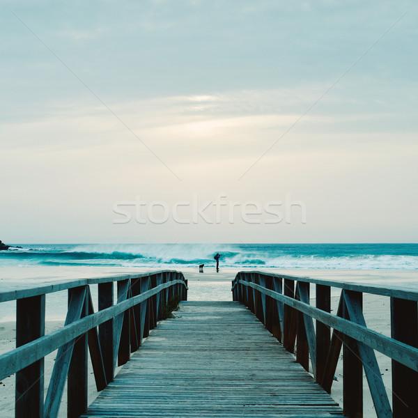 Férfi elvesz kép tengerpart fából készült vezető Stock fotó © nito