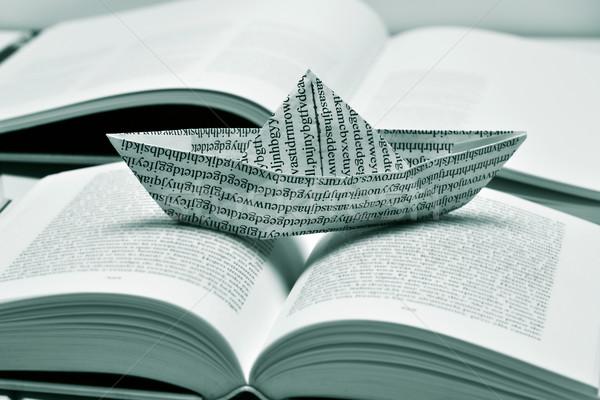 Papier Boot offenes Buch schwarz weiß gedruckt Stock foto © nito
