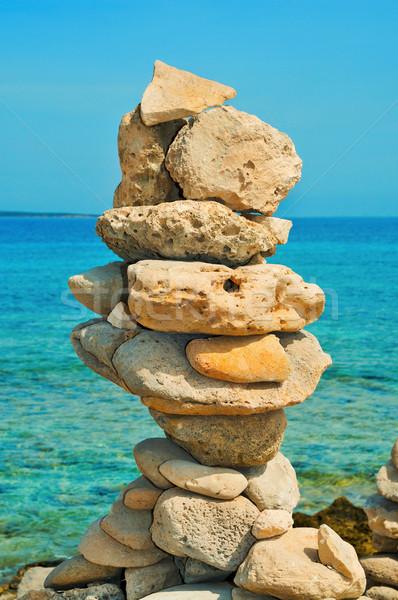 Kiegyensúlyozott kövek tengerpart nyár boglya tenger Stock fotó © nito
