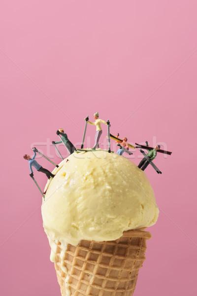 Miniatura esquiador sorvete bola rosa Foto stock © nito