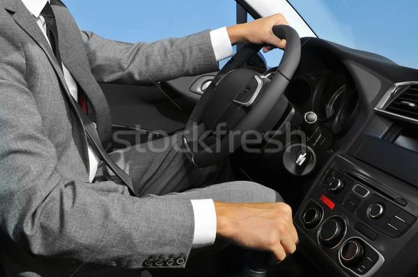 Fiatalember öltöny vezetés autó visel utasítás Stock fotó © nito