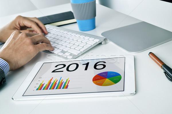 Hombre económico pronóstico 2016 tableta jóvenes Foto stock © nito