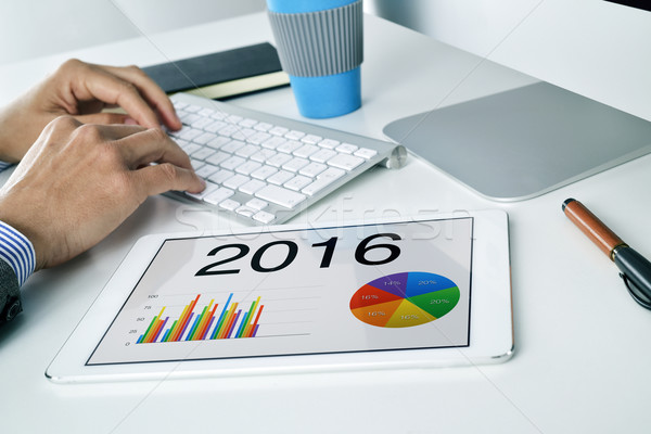 Man economisch prognose 2016 tablet jonge Stockfoto © nito