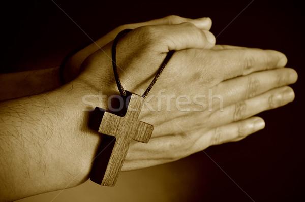 Fiatalember imádkozik szépia közelkép fából készült kereszt Stock fotó © nito