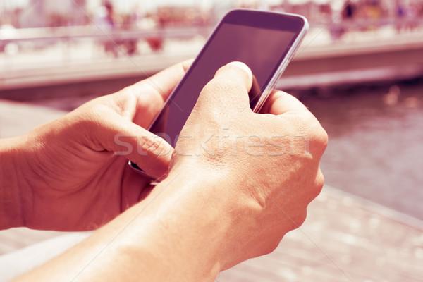 Jonge man smartphone buitenshuis filteren effect Stockfoto © nito